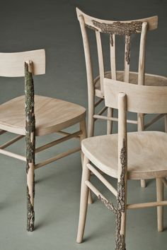 Italian designers Andrea Magnani, Giovanni Delvecchio and Elisabetta Amatori from Resign studio imagined Di Corte, a series of wooden chairs, with parts that are still covered with bark, as a return of the object to its roots.