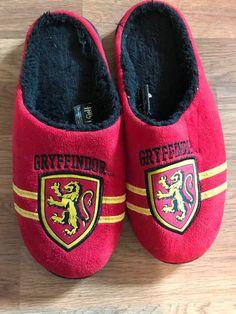 091d28cb2b685 Harry Potter Slippers Gryffindor House Crest Mens Slippers L XL 10-13 JK  Rolling
