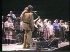 """""""Ellas danzan solas"""" por Sting--del concierto en Buenos Aires, 1988 con Peter Gabriel y Madres de la Plaza de Mayo"""