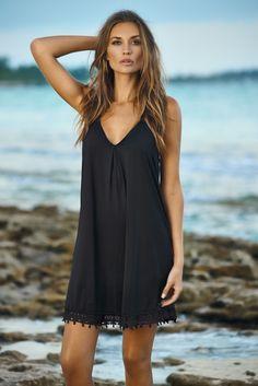 Votre nouvelle petite robe noire pour l'été , la petite robe noir possède un profond col V, avec avec son délicat ourlet en dentelle. Cette petite robe de belle facture vous donnera satisfaction de part sa qualité et son confort ! Elle vous accompagnera partout en vous donnant un look simple et chic.   PilyQ est une marque américaine haut de gamme de San Diego en Californie. Taille : S= 36 , M = 38 Fabrication: 81% Polyamide 19% Elathanne