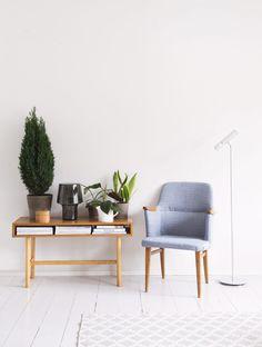 Isovanhempien lehtihylly ja opiskeluaikoina ostettu vanha tuoli ovat kulkeneet mukana asunnosta toiseen.