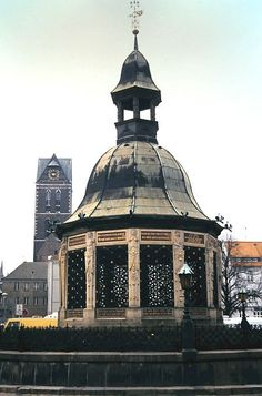 Wismar: Alter Brunnen Top Destinations, Germany Travel, Empire State Building, Alter, Travel Guides, Trip Planning, Raven, Fountain, Ravens