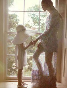 Hola primavera...por fin estas aquí!! Ya  podemos sacar del armario nuestras pamelas de paja toquilla, los sombreros panamá  y nuestros vestidos de flores vaporosos que tanto gustan a nuestras acompañantes
