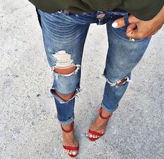 Chanel Heels - This insoles stops the feet from slipping forward in shoes. Jean Outfits, Casual Outfits, Cute Outfits, Ripped Jeans Style, Chanel Heels, Summer Chic, Persona, Fashion Forward, Style Me