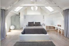 on aime les tons de la chambre le mur tête de lit les lampes de chevets