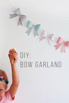 Inspiration für DIY: Girlande mit Schleifen // diy home inspiration: bow garland Bow Garland, Garland Ideas, Party Garland, Diy Y Manualidades, Diy And Crafts, Paper Crafts, Ideias Diy, Diy Bow, Diy Décoration