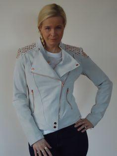 Ibana Rouge jasje in suede met rose-gouden studs. | FASHION OBSESSION