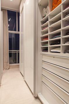 Closet - Casa e Decoração - UOL Mulher House Plans 2 Story, Dream House Plans, Closet Bedroom, Home Bedroom, Bedroom Barn Door, Southern Porches, Closet Shelves, Kids Sleep, Walk In Closet