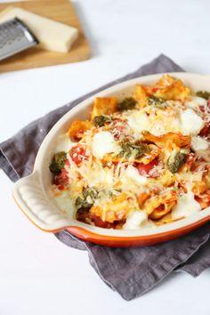 Ravioli-ovenschotel met mozzarella Baked Ravioli Casserole, Casserole Recipes, Pasta Recipes, Dinner Recipes, Pesto Mozzarella, Mozarella, Ricotta, Feta, Pumpkin Ravioli