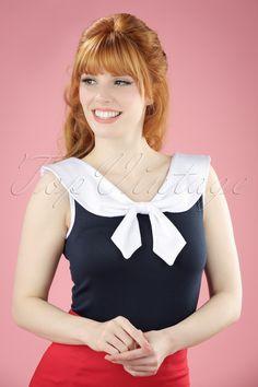 Deze50s Betsy Bow Top is te leuk voor woorden! Laat de mariniers EN de zon maar komen want met Betsy in je kast ben jij, sailor chick, er helemaal klaar voor ;-)Het contrasterende sailor kraagje, strikje en de biesjes maken een waar prachtplaatje van haar. Uitgevoerd in een zachte, soepele, donkerblauwe stof met een heerlijke stretch die mooi zijn aansluitende pasvorm zal blijven behouden.Shop ahoy!   Kraagje Vaste strik Biezen Lang genoeg om op een nor...