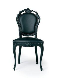 Smoke Chair par Maarten Baas pour Moooi / série Smoke 2002 / ès le fauteuil, voici la chaise Smoke. Maarten Baas nous interpelle par sa démarche rebelle : détruire, brûler les fauteuils et objets anciens mais pas entièrement, juste ce qu'il faut pour les carboniser et que le bois se teinte d'un noir profond et unique. ''Qu'est-ce que la beauté... Qu'est-ce que la perfection, pourquoi l'associe-t-on à l'idée de symétrie et de raffinement... La nature n'est-elle pas belle et chaotique à la…