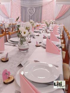 A fényfüggönyös főasztali háttér még napal is a rendezvény fókuszpontja volt. Az egyedi monogramot pedig a pár az esküvő után is megőrizheti a szép emlékekkel együtt.  Névkiírás: @dekorbolt.hu Tablescapes, Table Settings, Monogram, Table Decorations, Wedding, Home Decor, Valentines Day Weddings, Decoration Home, Room Decor