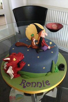 Cake inspiration - Room on the broom cake 3rd Birthday Cakes, Homemade Birthday Cakes, Birthday Ideas, Halloween Cakes, Halloween Birthday, Gruffalo Party, Witch Cake, Room On The Broom, Cake Recipes For Kids