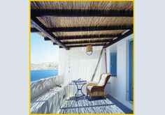 Sull'isola di Paros, una guesthouse bianca e azzurra, con stanze che si affacciano sul mare. Dalle terrazze si vede l'acqua cristallina della Grecia e il profilo delle Cicladi.