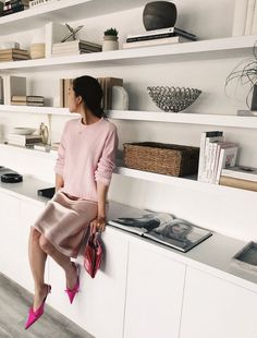 The Best Summer Work Outfits to Wear this Season - - Need some work OOTD inspiration? Click through to see best Chriselle Lim approved summer work outfits to wear this season! Home Office Design, Interior Design Living Room, Living Room Designs, House Design, Interior Livingroom, Living Room Storage, Home Living Room, Living Room Decor, Living Room Shelves