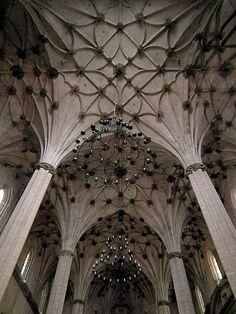 Catedral de Santa María de la Asunción de Barbastro. Se levantó sobre el solar que anteriormente había ocupado la mezquita mayor musulmana.  Se construyó en estilo gótico entre los años 1517 y 1533. El retablo mayor está realizado en alabastro y madera policromada