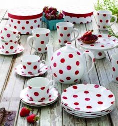 Polka dot plates. love it !!! This site has chevron and polka dot party supplies!