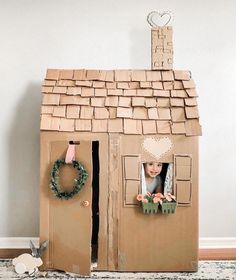Cardboard kids playhouse Diy Projects To Try, Crafts To Do, Projects For Kids, Diy For Kids, Crafts For Kids, Craft Projects, Diy Crafts, Cardboard Playhouse, Cardboard Crafts
