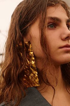 Best Jewelry 2017 Marques Almeida womenswear london lfw dazed Discovred by : Lucie Marquet Wood Plastic, Piercings, Bling, Aw17, Statement Earrings, Gold Earrings, Jewelery, Jewelry Clasps, Costume Jewelry