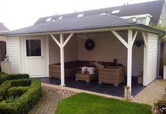 Tuinhuis met veranda Mississippi 02 (afmeting 6,5 x 3,5 meter)  Afmetingen 6.50 m. x 3.50 m. Tuinhuis 3.00 m. x 3.50 m. met veranda van 3.50 m. x 3.50 m.  Het vijfhoekige tuinhuis is voorzien van een zoldertje van OSB platen, een standaard deur en een vast raam.  Dakbedekking dakshingles en kappen met bol. Pool Houses, Ramen, Mississippi, Shed, Outdoor Structures, Outdoor Decor, Home Decor, Decks, Decoration Home
