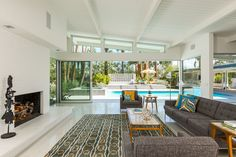 William Krisel-designed midcentury modern property in Palm Springs, California, USA Nice use of structure for space and function, as well as glass to lift view to roof, extending ceiling lines and detail to exterior furthers the idea. Modern Interior Design, Modern Homes For Sale, Palm Springs Houses, Modern House Design, Mid Century Modern House, Mid Century Modern Living Room Decor, Modern House, Mid Century House, Modern Properties