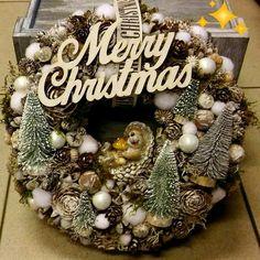 Christmas Centerpieces, Christmas Decorations, Holiday Decor, Xmas Wreaths, Center Pieces, Winter Christmas, Wavy Hair, Burlap Wreath, Diy And Crafts