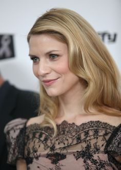 Claire Danes Makeup and Hair is simply stunning.