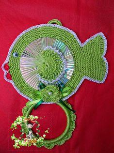 Billedresultat for eliene artesanato Cd Crafts, Yarn Crafts, Diy And Crafts, Crochet Crafts, Crochet Doilies, Crochet Projects, Crochet Towel Holders, Recycled Cds, Crochet Chicken