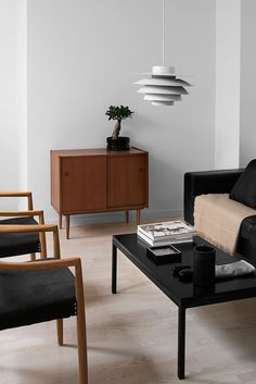 Minimalistic black and white, warmed up with neutural beige and brown elements. Perfect colours for inviting and cozy living room.