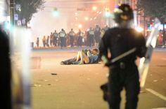 Una pareja se besa ajena a las protestas a su alrededor en Vancouver en 2011. RICH LAMGETTY