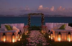 Decoração simples e delicada. Com esse escurecer do dia e o mar de fundo não precisamos de mais nada para que seja tudo perfeito! Inspiração para as noivinhas que desejam casar na praia!  ♥ decoracao-de-casamento-com-flores-dicas