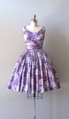 Vintage 1950s, early 1960s polished cotton dress with shades of lavender floral print, shelf bust with very wide cummerbund style waist and very full skirt. Metal back zipper. ✂-----Measurements    fits like: small  bust: 32-34  length of shoulder to waist: 15  waist: 26  hip: free  length: 40  brand/maker: n/a  condition: excellent    to ensure a good fit, please read the sizing guide:  http://www.etsy.com/shop/DearGolden/policy    ➸ visit the shop http://www.DearGolden.etsy.com…