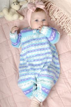 Knitted colourful onesie for babies. All Things Cute, Baby Things, Baby Shower Gifts, Onesies, Jumpsuit, Keto, Wool, Knitting, Pattern