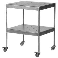 VARANDA/LIVING: Mesa com rodízios Zinco   Tok&Stok   50 x 40 x 62 cm   R$635,00 // TAMANHO MÁXIMO: 65 x 41 x 65 cm - Pode-se revezar o uso entre o living e a varanda, utilizando como mesa de apoio. Outra opção é ter duas peças ao pé da cama.