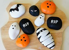 An easy kid craft idea for Halloween is rock painting. Halloween and rock painting with kids go together like a costume and mask! Find rock painting ideas with a spooky, Halloween twist plus pictures and how to paint rock directions. Diy Deco Halloween, Moldes Halloween, Theme Halloween, Manualidades Halloween, Halloween Rocks, Halloween Painting, Halloween Crafts For Kids, Holiday Crafts, Kids Crafts