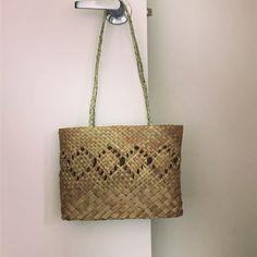 kete whakapuareare - Google Search Burlap, Weaving, Reusable Tote Bags, Google Search, Hessian Fabric, Loom Weaving, Crocheting, Knitting, Hand Spinning
