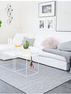 scandi syle Wohnzimmer-Idee mit weißem Sofa scandi syle living room idea with white sofa Living Room Stands, Home Living Room, Living Room Designs, Living Room Decor, Decor Room, Room Decorations, Scandinavian Interior Design, Modern Interior, Modern Decor