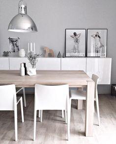 Drewniany stół i białe meble w jadalni
