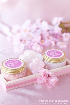 Escalda para pes escalda para pes da linha Flor de Cerejeira. Possui essência de Bulhões Flower, Flor de Cerejeira e Ambience. Com óleo de Pamiste.
