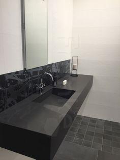 Hochwertig Elegante Waschtischlösung In Schwarz #Badezimmer #fliesen #schwarz #modern  #neu #waschtisch