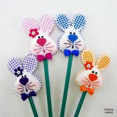 Lápis ou caneta c/ ponteira coelho(a) Felt Diy, Felt Crafts, Easter Crafts, Diy And Crafts, Crafts For Kids, Spring Crafts, Holiday Crafts, Pencil Toppers, Diy Ostern