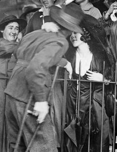 one-great-war: A welcome home kiss, 1919 Sydney, NSW. A wounded AIF soldier receives an affectionate welcome home at the Anzac Buffet in The Domain. This photograph is from the Australian War Memorial's collection www.au (I love this photo. Wilhelm Ii, Kaiser Wilhelm, Old Pictures, Vintage Pictures, Old Photos, Vintage Images, Pretty Pictures, Lewis Carroll, World War One