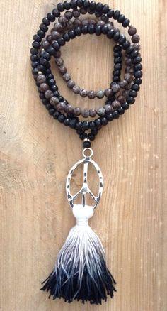 """sautoir symbole de paix et pompon """"Tie and die"""" - boho chic - hippie chic - bohème - Peace sign necklace- par Bohemiaspirit sur Etsy https://www.etsy.com/fr/listing/234767552/sautoir-symbole-de-paix-et-pompon-tie"""