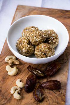 Mein Cashew Vanille Energy Balls Rezept - der perfekte, ausgewogene Snack vor dem Workout! Ein schneller, gesunder Energielieferant für das Training oder als Snack zwischendurch.  #energyballs #rezept #gesunderezepte