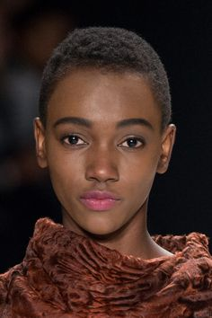 Coiffure afro : L'ultra court chic du défilé Carolina Herrera