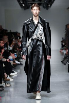 XIMONLEE presented by GQ China Menswear Fall Winter 2017 London - NOWFASHION Dark Fashion, Live Fashion, Fashion Week, Runway Fashion, Mens Fashion, Fashion Outfits, London Fashion, Men's Leather Jacket, Leather Men
