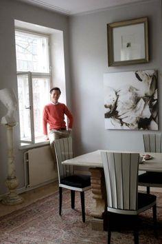 Vierailimmi Sami Sykön kotona. Sykön koti on sisustettu ajan kanssa ja harkiten. Marmoripöytä on Italiasta ja Eliel Saarisen suunnittelemat tuolit ovat kotimaista uustuotantoa.