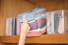 衣替えで毎年悩ましいのが、マフラーや手袋など小物類が迷子になってしまうこと……。それに型崩れなんかも心配ですよね。でも、実は家にあるアイテムを収納に使えば一気に解決するんです!