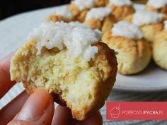 Przepis zdecydowanie dla fanów kokosa! Niesamowicie proste w wykonaniu kokosowe ciasteczka, którym ciężko się oprzeć.