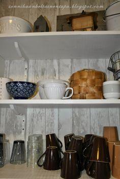 Keittiön hyllyt.  Sonnihaan keltainen tupa Mugs, Tableware, Kitchen, Home, Pai, Dinnerware, Cooking, Tumblers, Tablewares